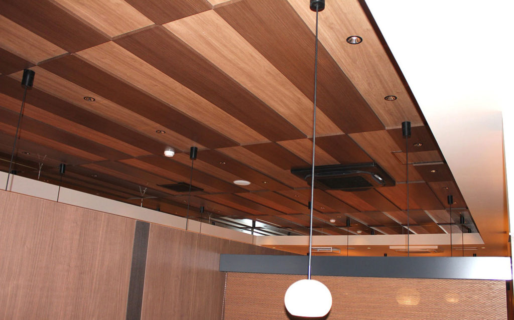 市松の格子をあしらったスタイリッシュな飾り天井。