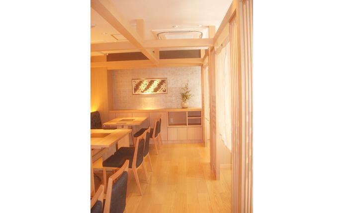 落ち着いた雰囲気の半個室とホール席の組み合わせ。