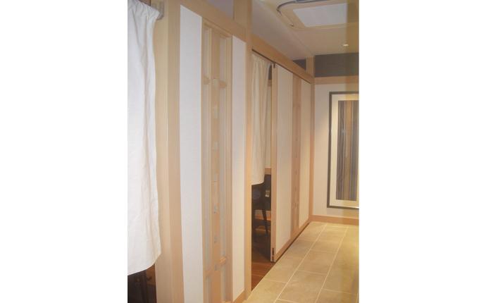 床はタイル、壁は白木と塗り壁調のクロスで仕上げました。
