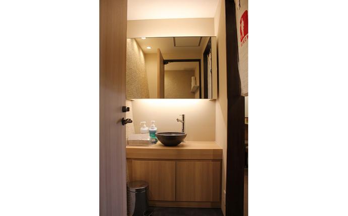 洗面所:傾斜した壁面に什器の形状を合せ、無駄のない空間に。