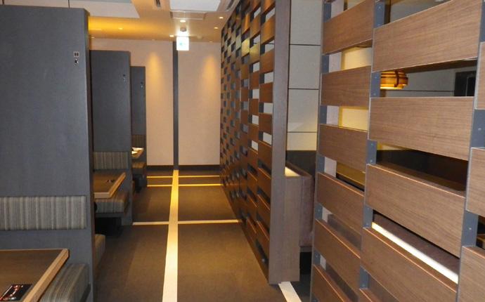 個室との境は木目スクリーンで仕切られています。