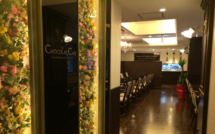豪華な花のモニュメントがお客様をお迎えするエントランス。