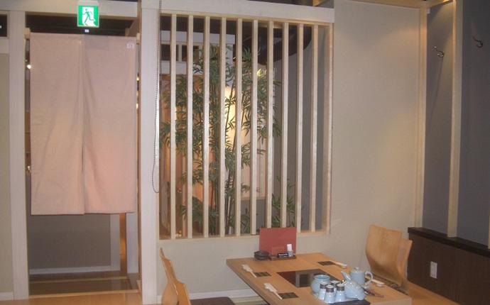 和風の庭園でディスプレィとホール席との緩衝を兼ねてます。