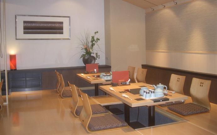 小上がり席は掘ごたつで座り易く、竹スダレで仕切れ、小グループにも対応可能。
