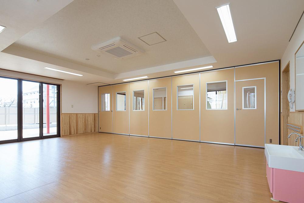 折りたためるパーテーションで空間を最大限有効に使っています。