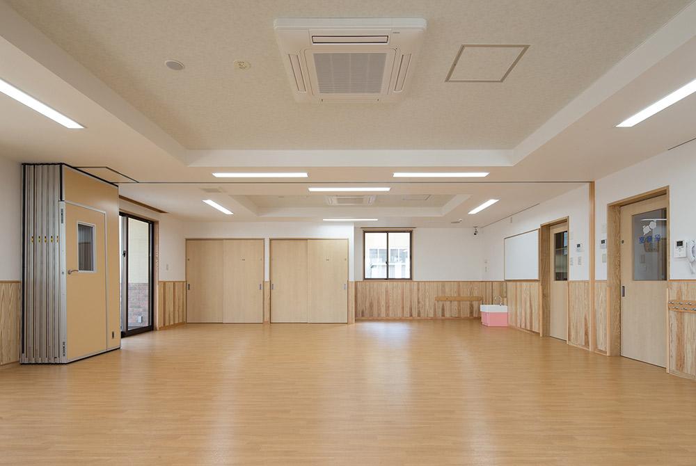 天井のレールでパーテーションを畳んだ状態。