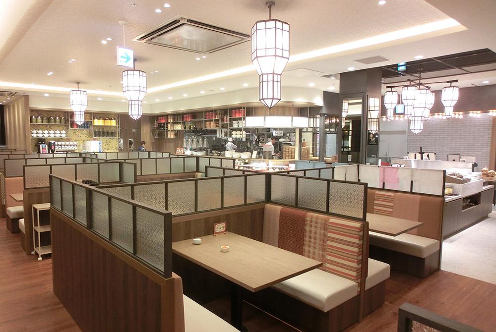 店内の様子2:多種多様な照明で明るい店内