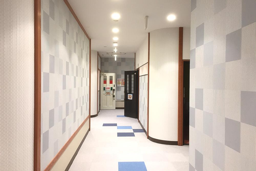 トイレ前の空間もお客様に配慮してます。壁も素敵なデザインですよ。