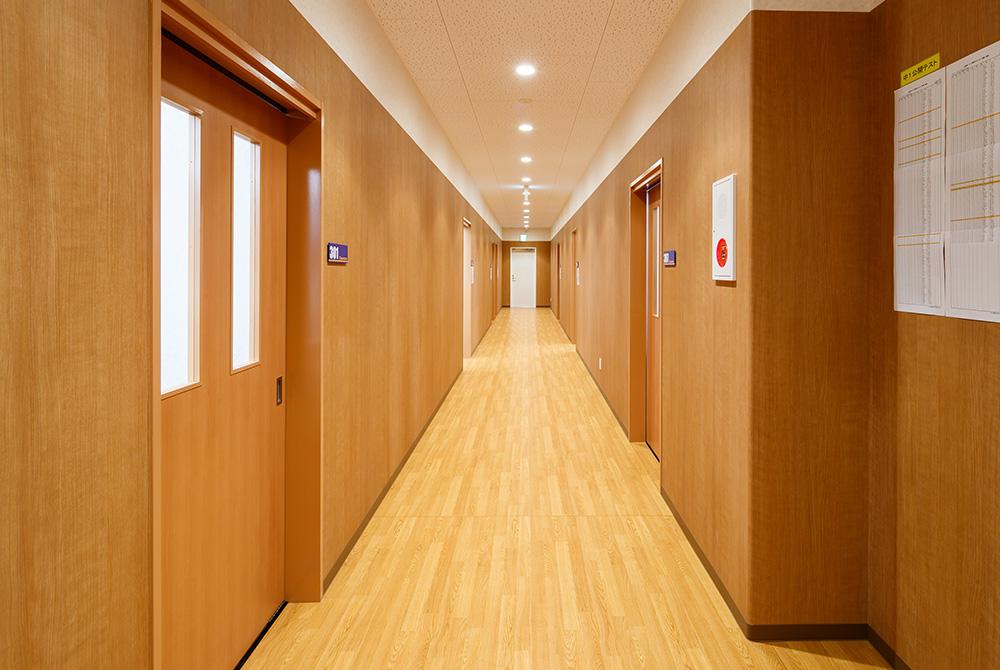 廊下も落ち着た雰囲気で十分な広さを保つようにしました。