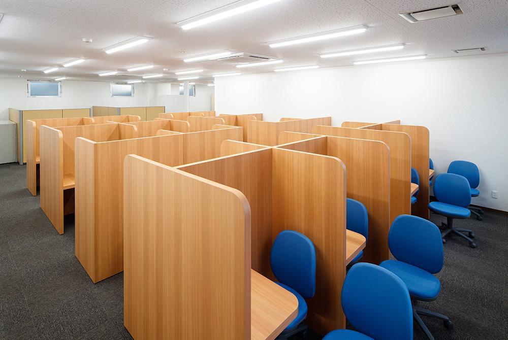 個別教室は明るさにも配慮して勉強に集中できる空間です。