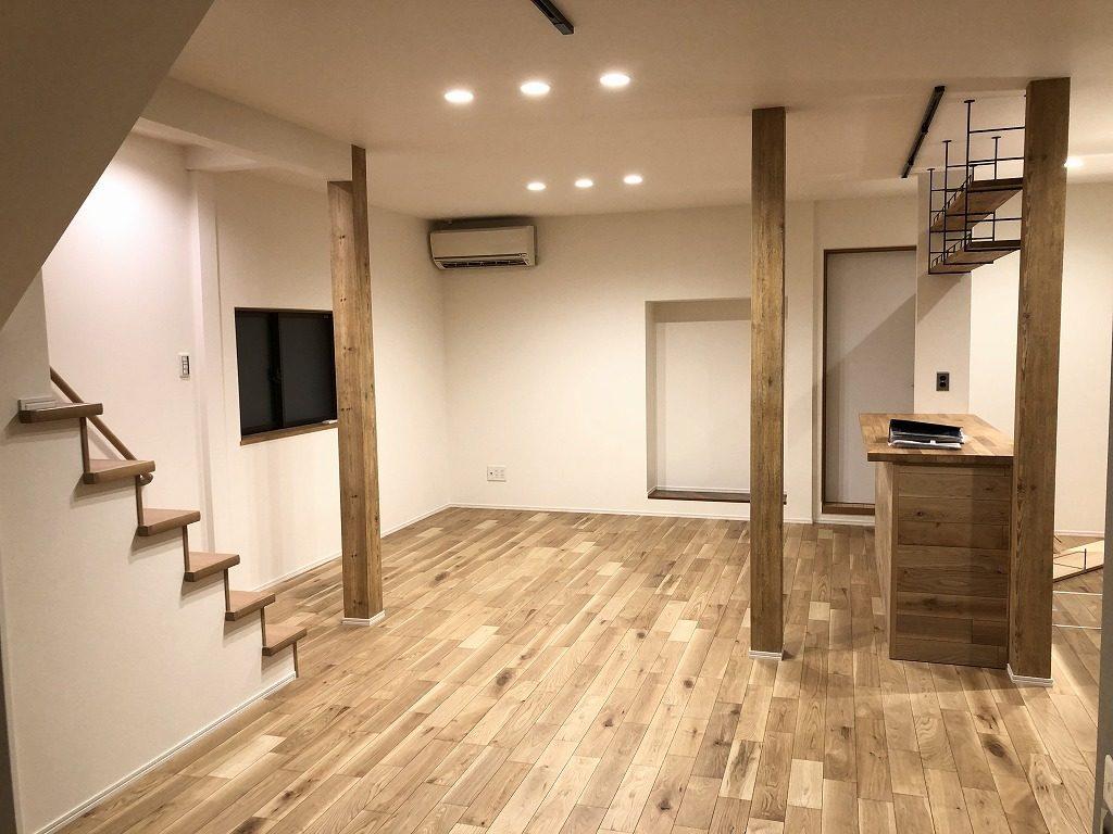 フローリングには存在感がありながらも様々な雰囲気の部屋に馴染みやすいイクタのナラ樫を採用しました。構造上残した柱は木目調の壁紙に張替えました。