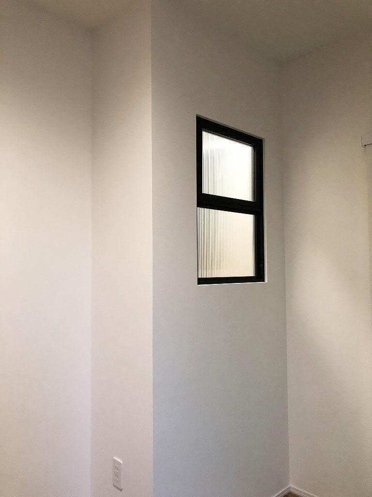 玄関にはリビングダイニングの光が差し込みやすいように、LIXILのデコマドを設置しました。