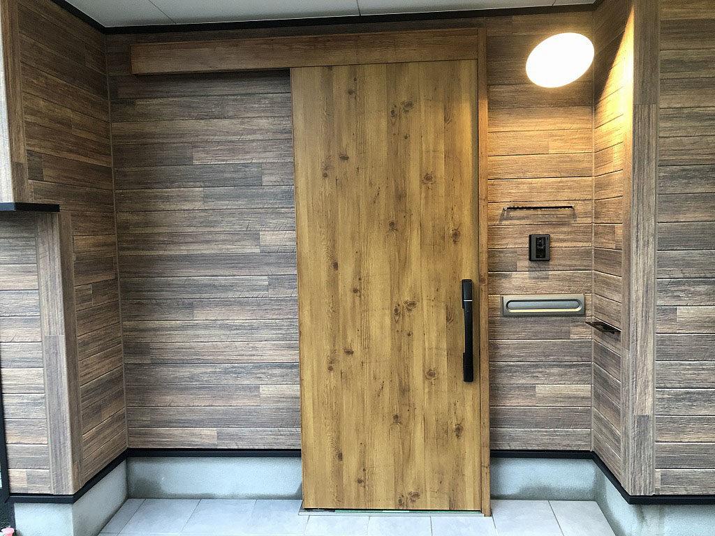 玄関扉には、断熱性能が高くスライド開閉がしやすいYKKapの引戸を採用しました。外装材は木目調のサイディングにしたことで、木目ならではの落ち着いた外観になりました。