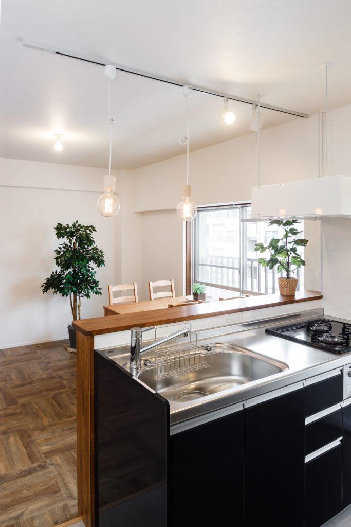 モダンな空間に合わせて、ディープグレーのキッチンを採用しました。レンジフードは空間の視線が通りやすいフラットなデザインにしました。