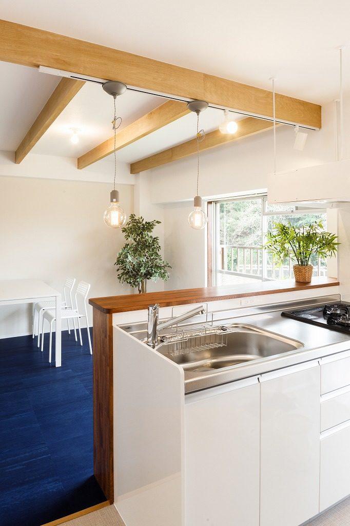白を基調とした空間に合わせ、ホワイトのキッチンを採⽤しました。レンジフードは空間の視線が通りやすいフラットなデザインにしました。