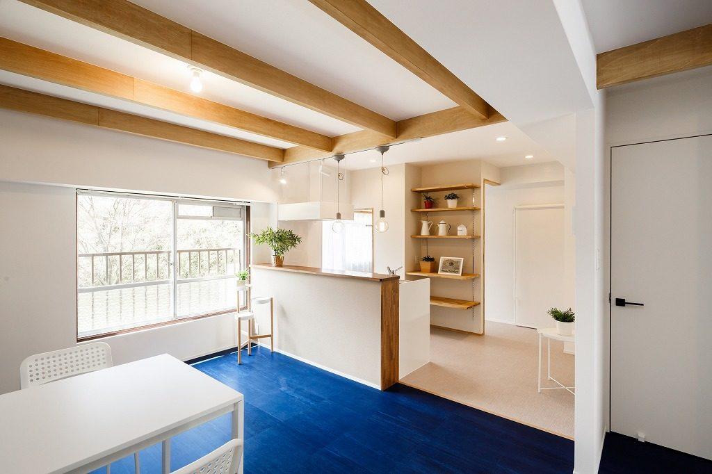 住宅では珍しいデニム柄の床材を採用しました。木の化粧梁が素朴ながらも大きな存在感を放っています。