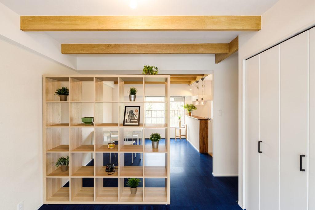 リビングとの間仕切壁としてIKEAのシェルフユニットを設置しました。収納力が高く自由に場所を調整できることが魅力です。