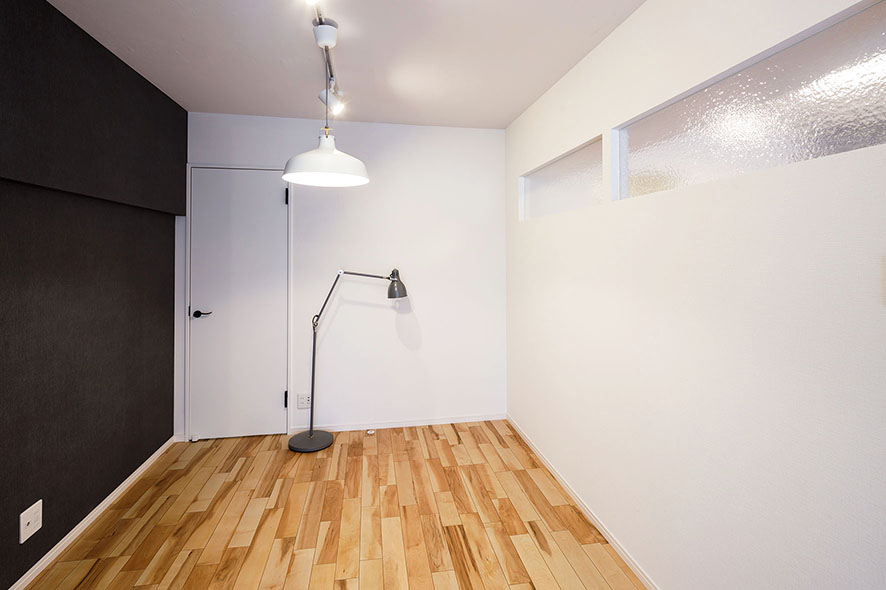 キッチンと洋室の壁には、互いの光が差し込むようにデザインガラスを使用し柔らかい印象を演出しています。対面する壁にはアクセントとして大人カジュアルなデニム調の壁紙を取り入れました。