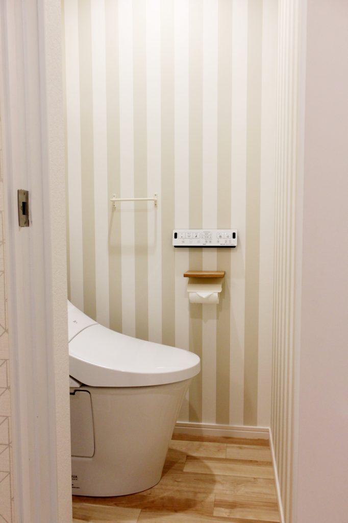 ストライプ柄が可愛いトイレ。シンプルでクラフト感のある落ち着いた雰囲気です。