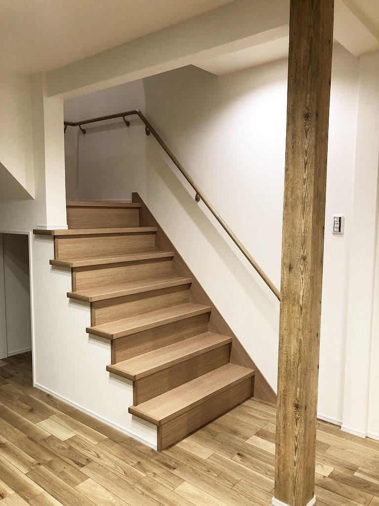 壁で仕切らずオープンにすることで2階との繋がりが途切れることのない、明るく解放感のある階段に生まれ変わりました。
