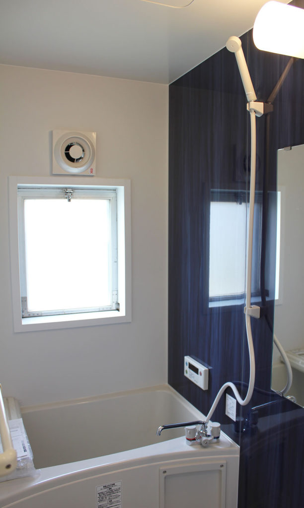 UBはブルーのアクセントパネルを採用し、⽩を基調とした明るく清潔な空間へ⽣まれ変わりました。