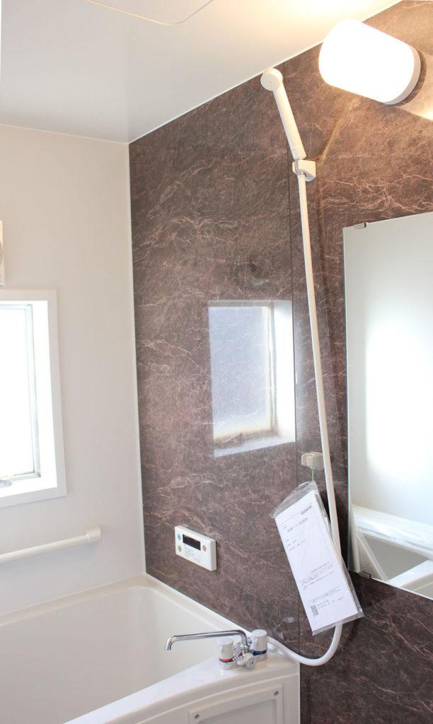 UBはブラウンのアクセントパネルを白を基調に明るく清潔な空間へ生まれ変わりました。