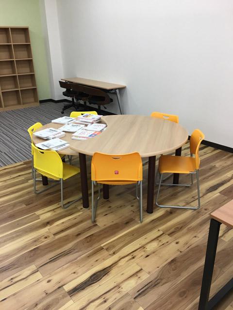 特注の月形テーブルは、学年の違いに合わせた高さになってます