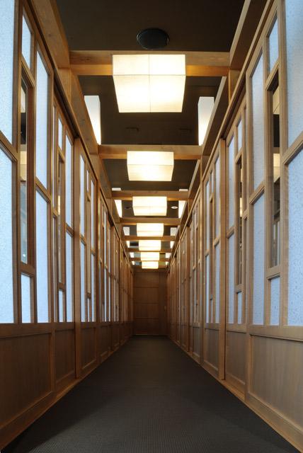 小上がり席は畳敷の廊下で両側には半個室が繋がっており、襖、障子をとることで60名弱の宴会場へ変わります。柱上部の20本の光柱も綺麗です。