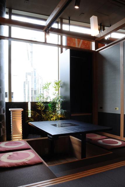 小上がり席の半分にはガラス面に沿って半帖強の坪庭を設置し、竹塀や竹、敷石、灯篭を配し、リッチで落ち着く空間となっています。