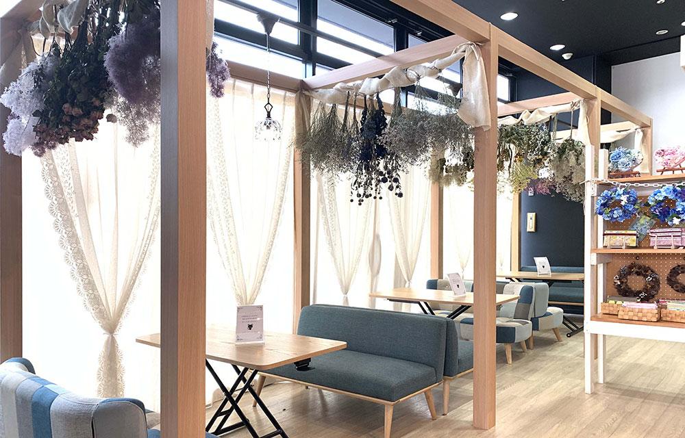 ソファ席。カウンターと同じ木目で仕上げた造作柱で空間的に間仕切っています。