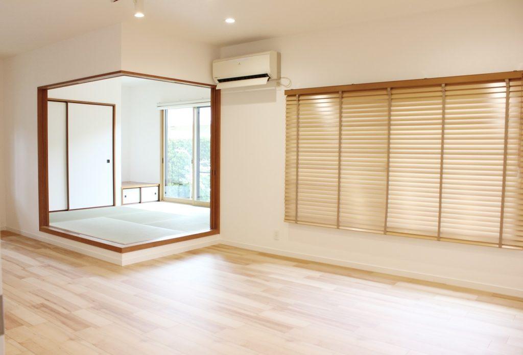 新しい床材としてイクタのフローリング材を使用しました。和室の壁紙も貼り替えて畳も一新しました。 リビングの窓には、木製ブラインドを取り付けました。