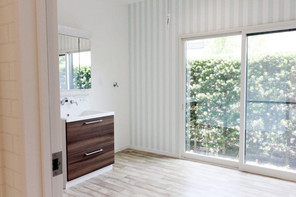 洗面室は水色のストライプが可愛い空間に生まれ変わりました。ラスティック調の床材との調和がより素敵な空間を演出しています。