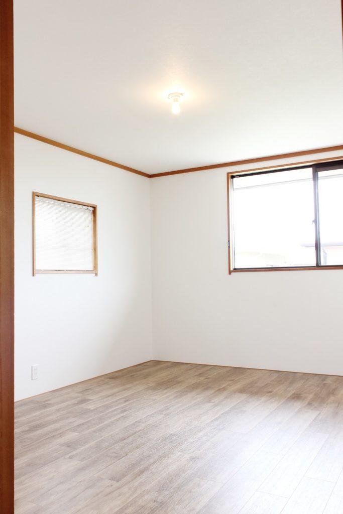 2階の和室だったお部屋を洋室へ変更しました。床にはフローリング調の塩ビタイルを使用しました。