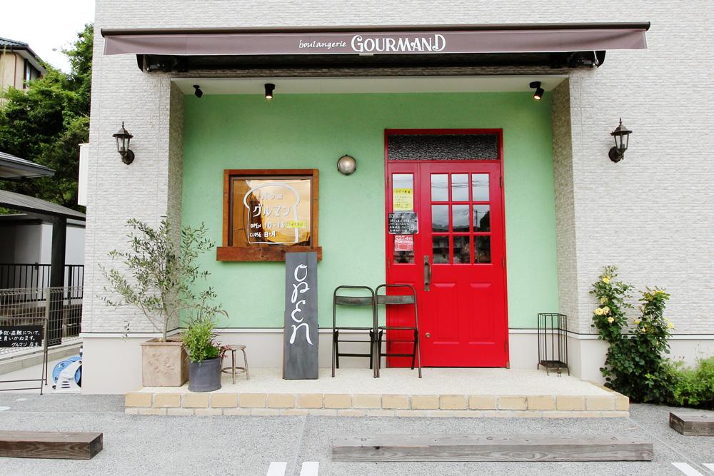 木製扉は店主様こだわりの特注色だけに、ひと際目を引きます。窓サッシ外には古材装飾を。