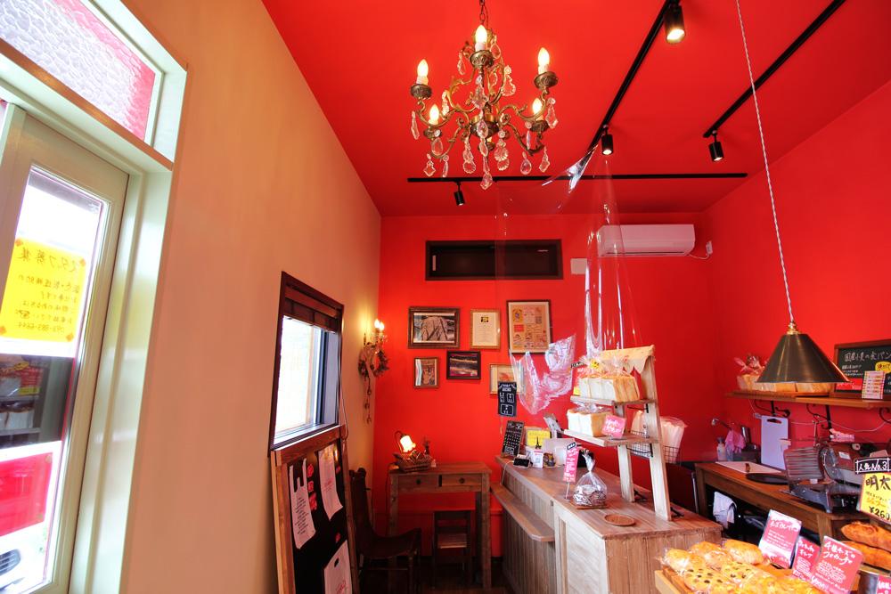 店内塗装色は見本の絵本の色・質感を再現すべく、塗装会社さんに何度もサンプルを作っていただきました。