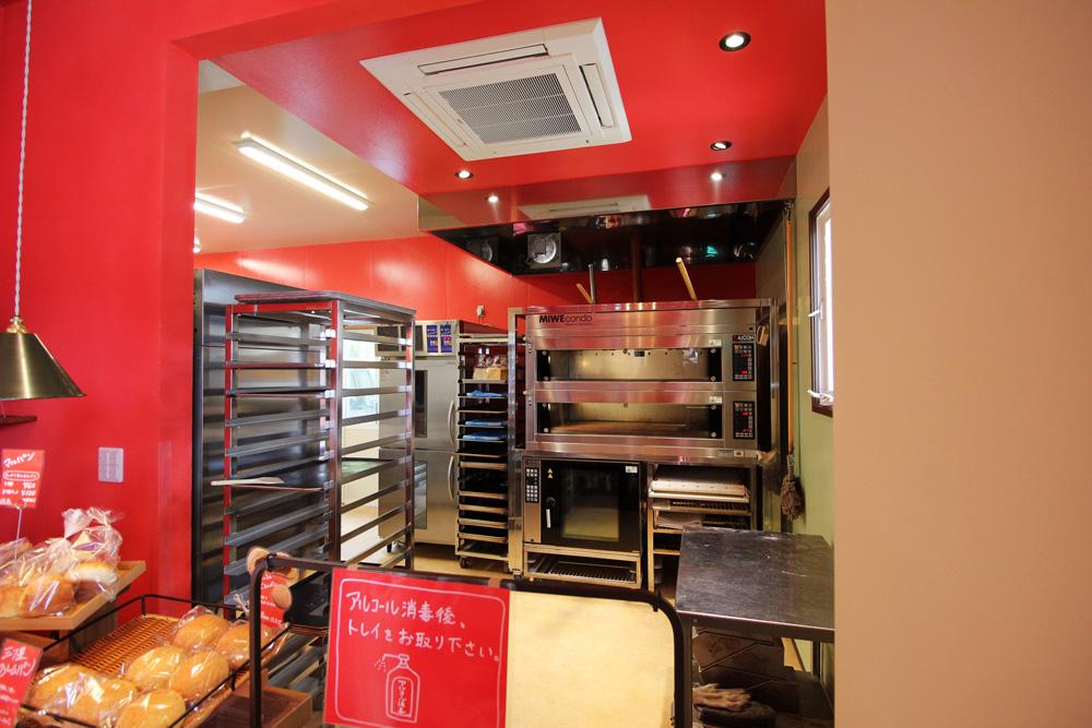 店舗奥の厨房は、清掃性とデザインのバランスを考慮した塗装にしています。
