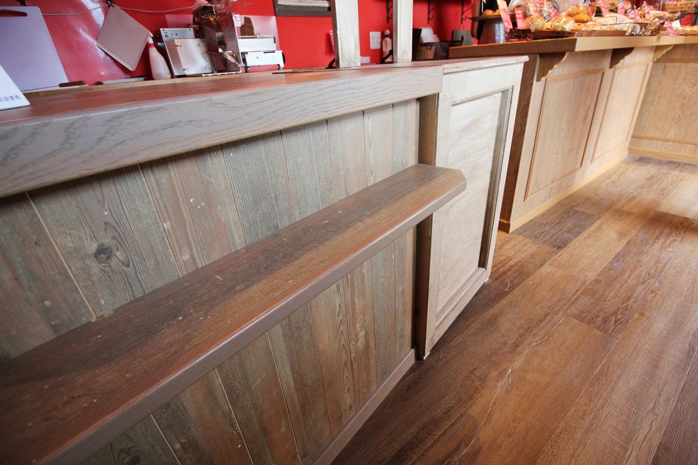 レジカウンターの仕様など、お客様のご希望が叶うよう、家具製作会社さんとも打合せを重ねました。