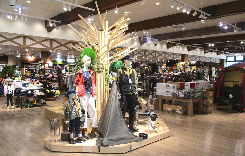 店内が大きすぎて小さく見えるシンボルツリーも実はでっかい。細い木材を無数に組み合わせて樹を造作してます。