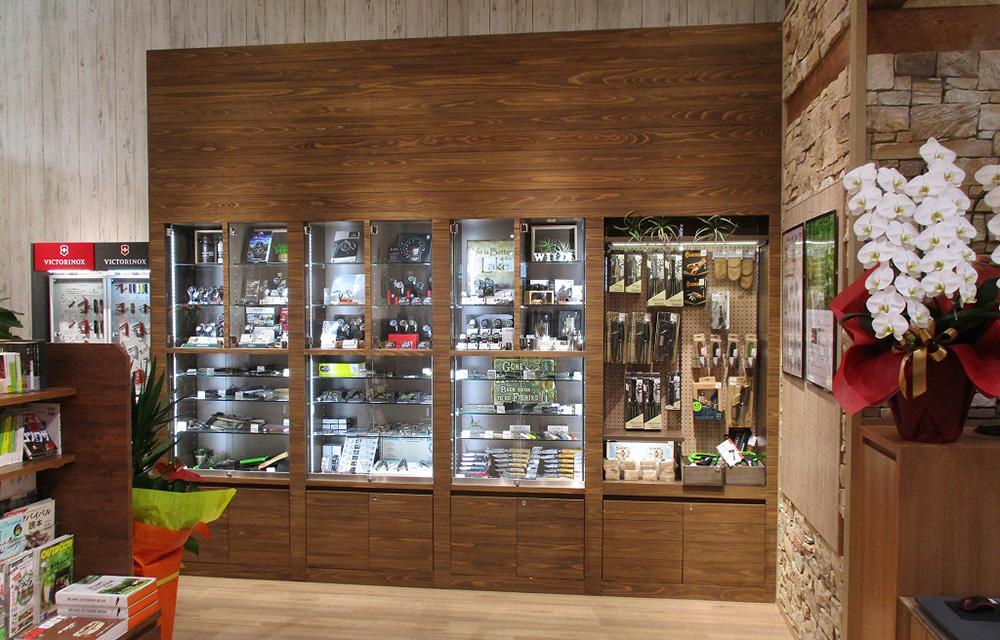 ガラスのショーケースも、木羽目板張りの中に埋め込んでいて、他には無いショーケースです。中にはマニアを魅了する十徳ナイフや時計が陳列されています。
