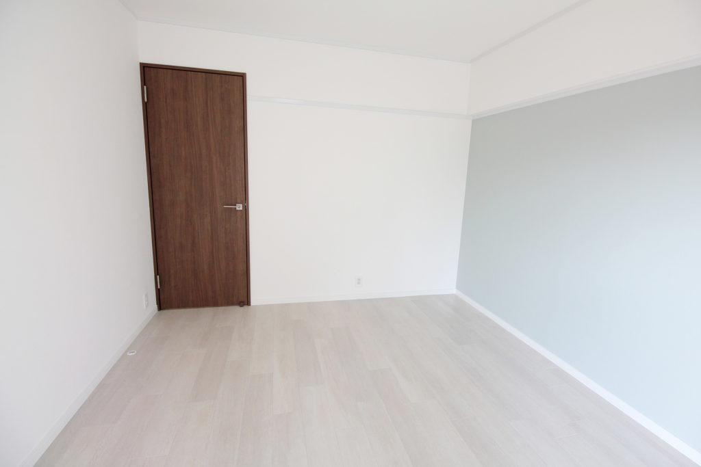 使い勝手も考慮して和室から洋室に変更しました。明るい空間でブラウンの扉はお部屋全体を引き締めて魅せてくれます。