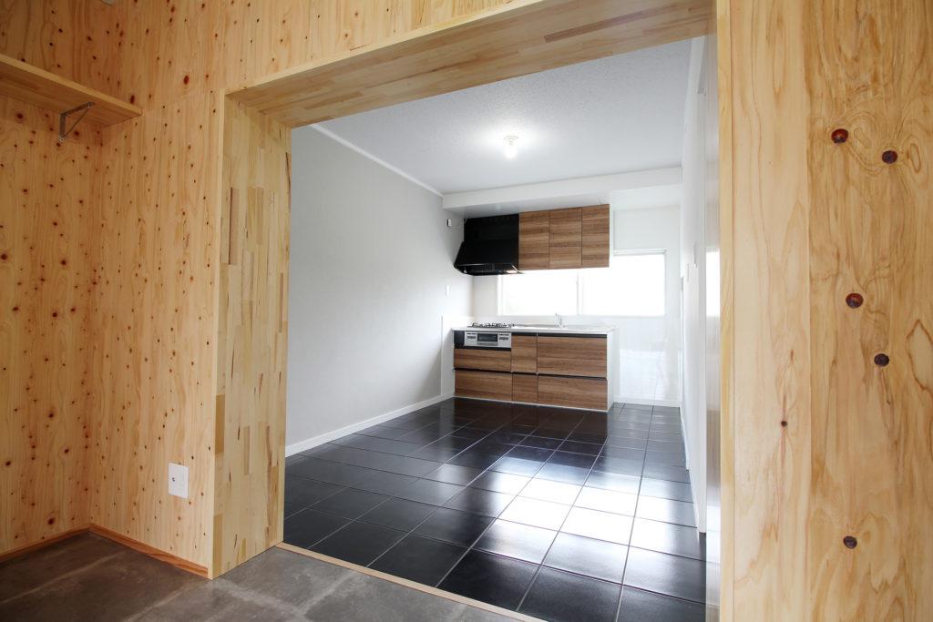 ダイニングキッチンの床にはツヤのある磁器タイルを使用し、オシャレ空間を演出。キッチンにはクリナップのコルティを採用しました。