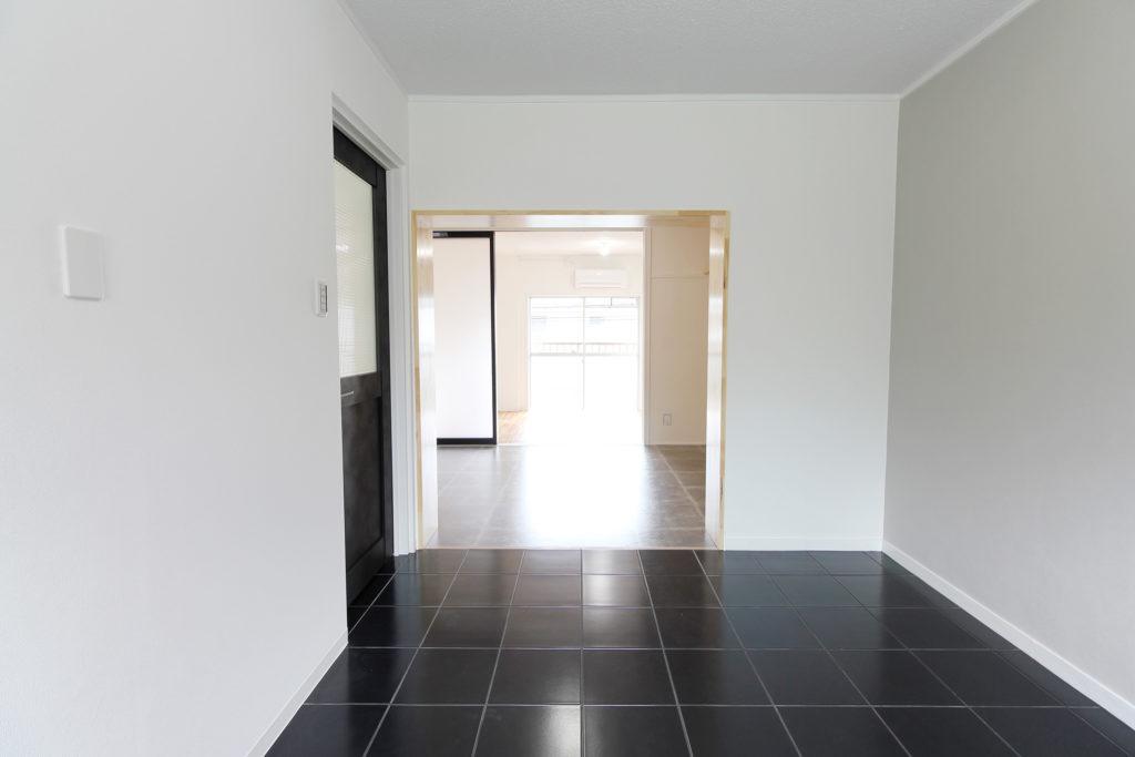 モノトーンカラーで統一したお部屋はとっても印象的。ダイニングキッチンからリビングを覗くと、真っ直ぐ洋室まで視界が開けます。