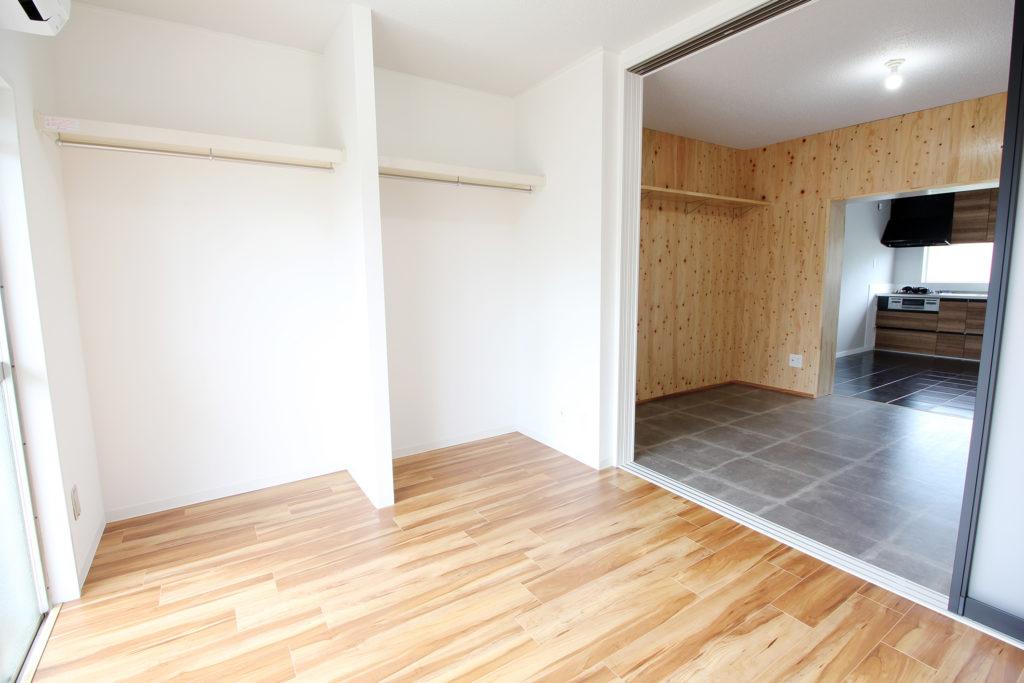 洋室には3枚引違い戸を採用。個室にしたいときは閉じて、広く使いたいときは開けたままでもOKです。収納棚は、扉は設けずオープンなまま使うことが出来ます。