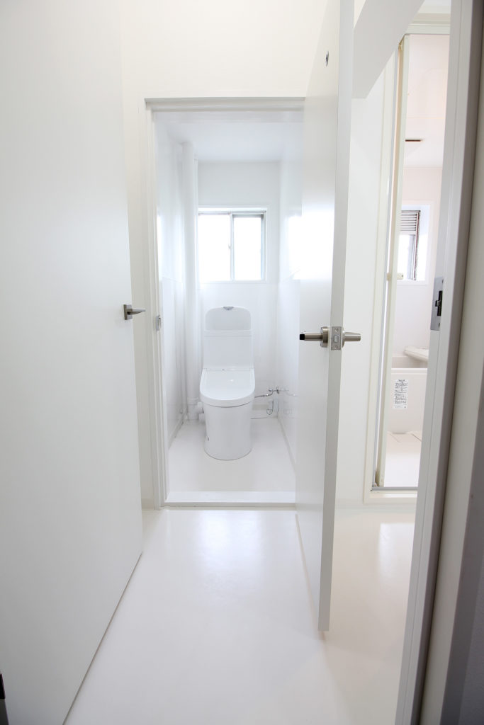 床がタイル貼りで冷たい印象だったトイレも一新。全面ホワイトで統一した空間に生まれ変わりました。