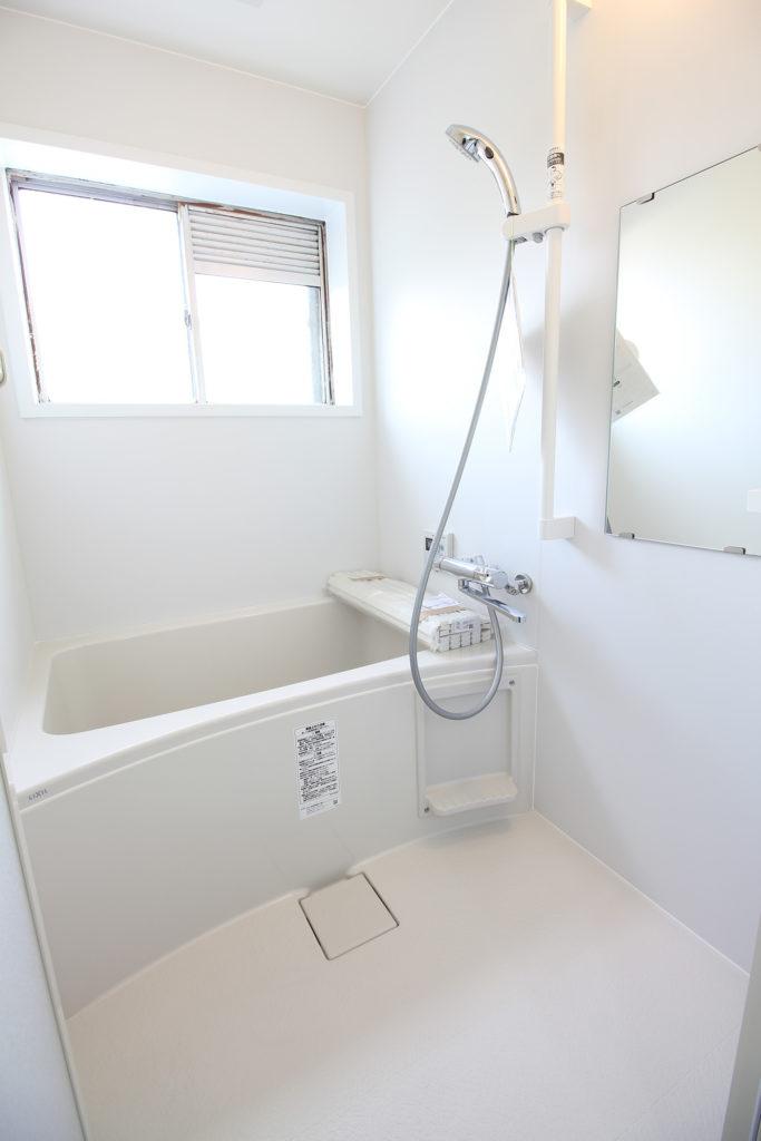 壁床タイル貼りで冬は寒そうだった浴室は、全面ホワイトの清潔感あるユニットバスに変更しました。