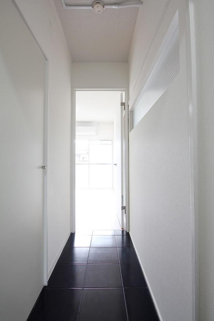 玄関・廊下にもブラックの磁器タイルを使用しました。モノトーンカラーで統一したことで、スマートなエントランスが完成しました。
