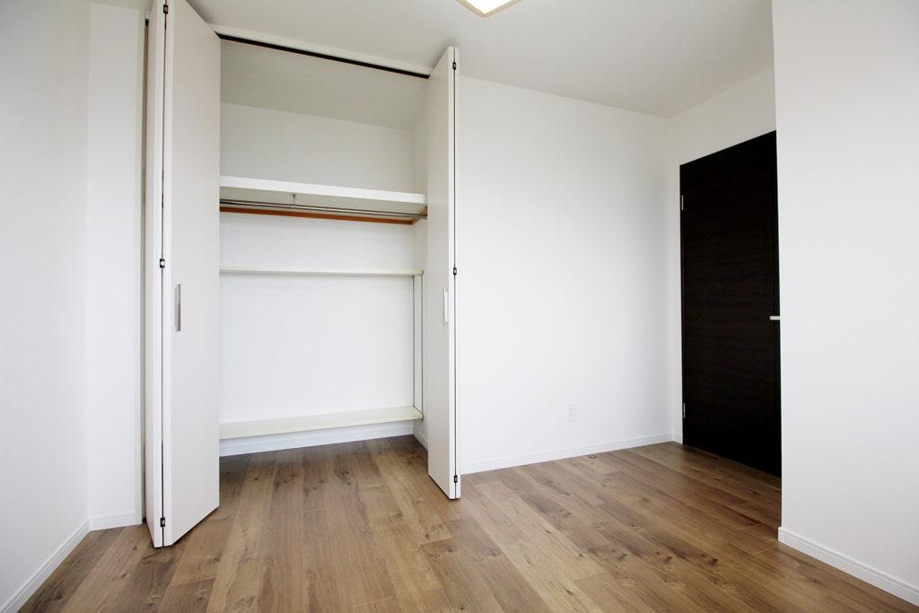 各洋室も壁紙を貼り替えました。経年劣化でくすんでいた壁紙から真っ白に貼り替えたおかげで、部屋全体もより明るくなりました。
