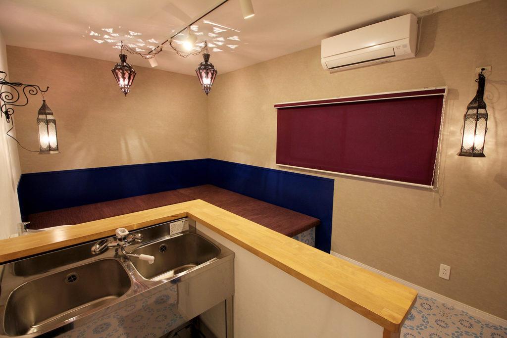 洋菓子販売用のフリースペースにはイートインできるソファを準備。天井にモロッコランプを飾り、カラフルでエキゾチックな空間に仕上げました。