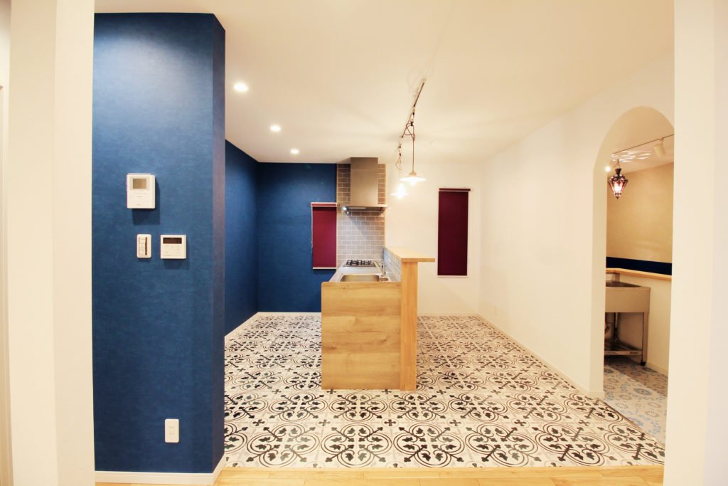 キッチンは壁付けから対面式に変更しました。原色をアクセントに用い、地中海の内装をイメージしたブルーの壁紙やモロッコタイルの床がポイントです。