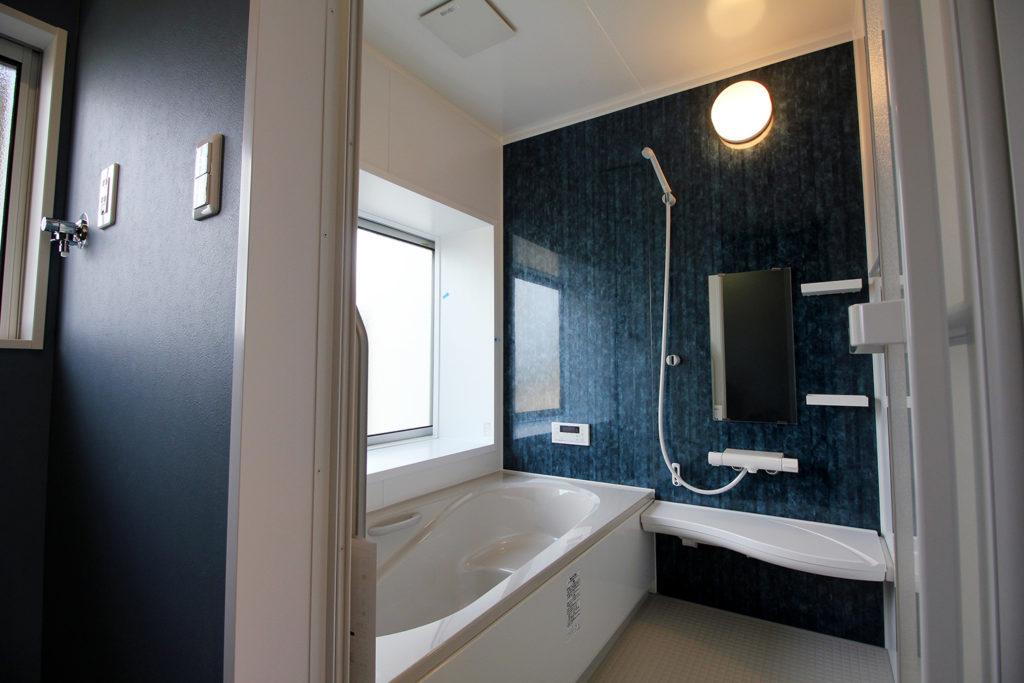 ユニットバスはLIXILのアライズを採用しました。トパーズブルーのアクセントパネルが洗面室の壁紙とも合っていてとても素敵です。